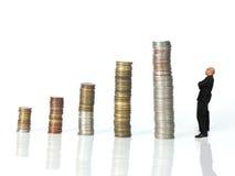 Olhar do homem em moedas Fotos de Stock Royalty Free