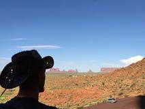 Olhar do homem o vale do monumento Imagens de Stock
