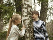 Olhar do menino e da menina nos olhos de cada um Fotos de Stock Royalty Free
