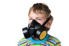 Olhar do menino para no respirador preto imagens de stock