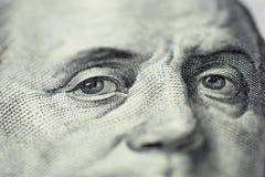 Olhar do ` s de Benjamin Franklin em cem notas de dólar r Foco seletivo fotografia de stock