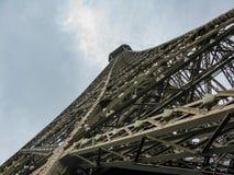 Olhar incomum da torre Eiffel Paris, França imagem de stock