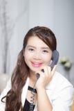 Olhar mais atento de chamada e de sorriso Foto de Stock