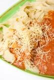 Olhar mais atento em macarronetes cozinhados com molho bolonhês Fotografia de Stock
