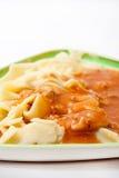 Olhar mais atento em macarronetes cozinhados com molho bolonhês Foto de Stock Royalty Free