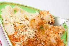 Olhar mais atento em macarronetes cozinhados com molho bolonhês Fotografia de Stock Royalty Free