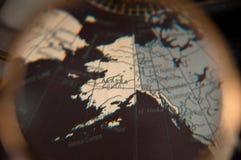 Olhar mais atento no mapa do mundo sob a lupa Fotos de Stock Royalty Free