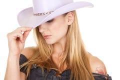 Olhar mais atento roxo do chapéu da vaqueira da mulher para baixo imagem de stock