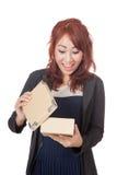 Olhar muito feliz asiático da menina de escritório dentro da caixa Foto de Stock