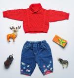 Olhar na moda da forma da vista superior da roupa do bebê e do material do brinquedo fotografia de stock