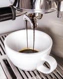 Olhar no copo como o café do café para horizontalmente branco está sendo feita Fotografia de Stock
