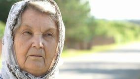 Olhar pensativo da mulher idosa séria Close-up video estoque