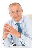 Olhar profissional do homem de negócios sênior feliz Fotos de Stock Royalty Free