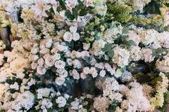 Olhar realístico verdadeiro do ramalhete decorativo branco das flores artificiais fotografia de stock
