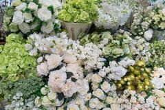 Olhar realístico verdadeiro do ramalhete decorativo branco das flores artificiais imagem de stock royalty free