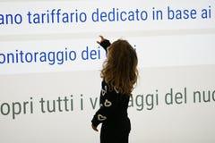 3-4 olhares da menina dos anos de idade com interesse em algumas escritas no aeroporto de Roma imagens de stock