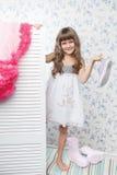 Olhares do adolescente da menina de Gashion que dobram para fora a tela Imagens de Stock Royalty Free