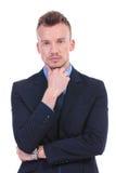 Olhares do homem de negócio pensativa em você Fotografia de Stock