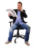 Olhares do homem surpreendidos ao ler um jornal Imagem de Stock Royalty Free