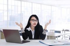 Olhares do trabalhador confundidos para encontrar a ideia Fotografia de Stock
