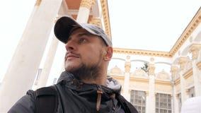 Olhares do turista nas colunas altas Edifício bonito Movimento lento Close-up filme