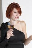 Olhares fixos da jovem mulher que guardam seu vidro do vinho imagens de stock royalty free
