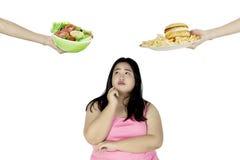 Olhares gordos da mulher confundidos no estúdio Fotografia de Stock