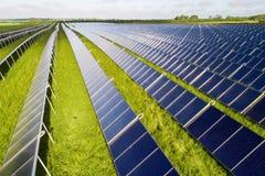 Olhe abaixo das fileiras de coletores solares imagem de stock