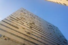Olhe acima à construção da fábrica sob o céu azul Imagens de Stock