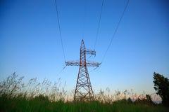 Olhe acima a alta tensão de torres do powertransmission Imagens de Stock Royalty Free