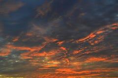 Olhe as nuvens belamente coloridas no nascer do sol imagem de stock