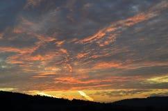 Olhe as nuvens belamente coloridas no nascer do sol imagem de stock royalty free