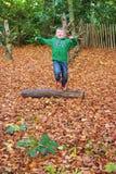Olhe como alto eu posso saltar sobre este log Cambridge outubro de 2015 fotografia de stock