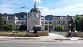 Olhe a construção 5he da sinagoga e agora da faculdade anteriores das artes na cidade de Sarajevo imagens de stock