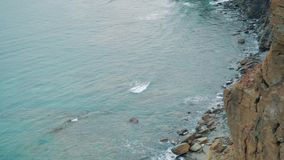Olhe da rocha alta, sobre o mar video estoque
