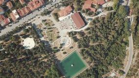 Olhe de cima nas casas com os telhados vermelhos em Grécia vídeos de arquivo