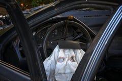 Olhe dentro o passageiro de prata de um carro destruído com a bolsa a ar distribuída fotografia de stock