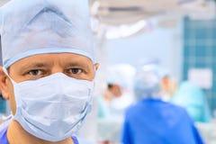 Olhe do cirurgião na sala de operação imagem de stock