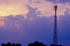 Olhe o fundo do céu e a torre bonitos do telefone Céu, Bl brilhante Imagem de Stock