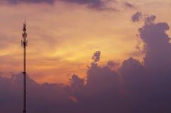 Olhe o fundo do céu e a torre bonitos do telefone Céu, Bl brilhante Fotografia de Stock Royalty Free