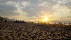 Olhe o por do sol da praia em Chaung Ta, Myanmar video estoque