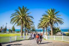 Olhe os povos na margem da praia de Port Elizabeth imagens de stock