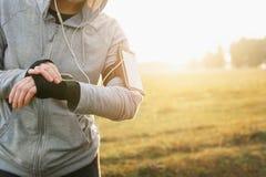 Olhe para esportes com smartwatch Treinamento movimentando-se para a maratona foto de stock