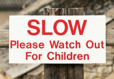 Olhe para fora para crianças assinam Inglaterra Reino Unido imagens de stock royalty free
