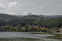 Olhe para o ambiente da represa pitoresca da primavera fotografia de stock