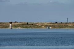 Olhe para o lago pitoresco Rabisha e acampar próximo pela caverna de Magura imagem de stock