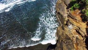 Olhe sobre os penhascos da praia e os mares agitados, na costa de Bali, Indonésia Conceito ambiental da sustentabilidade vídeos de arquivo