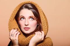 Olho-chicotes frescos do cabelo do marrom do encanto da menina da mulher do outono foto de stock royalty free