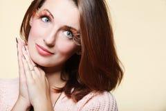 Olho-chicotes frescos do cabelo do marrom do encanto da menina da mulher do outono Imagem de Stock Royalty Free