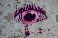 Olho choroso dos grafittis cor-de-rosa em uma parede Fotografia de Stock Royalty Free